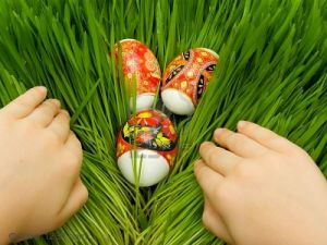 2706093-los-huevos-de-pascua-decorados-folk-ucraniano-figura-en-la-hierba